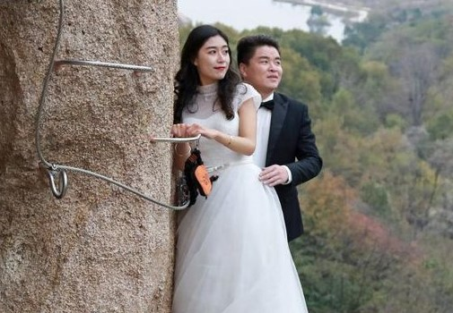 新婚老婆坠崖身亡,三年后悬崖有笑声,老公一看喜极而泣