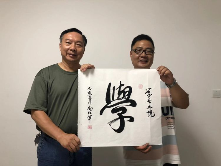 河南省国学书画院安阳分院送书法进企业倍受欢迎