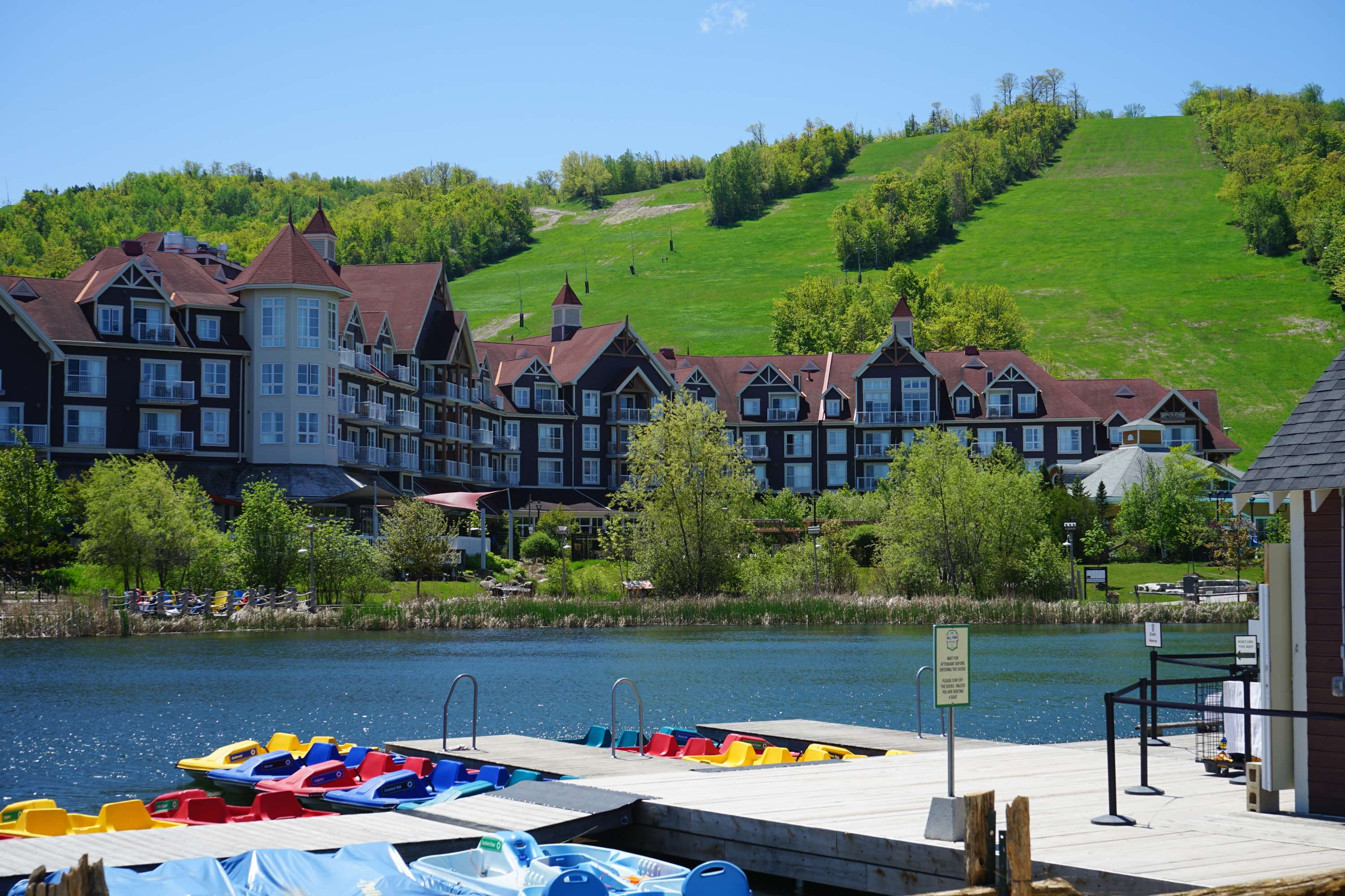 加拿大蓝山度假胜地的冬去春来