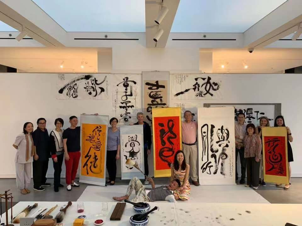 能量书画家魏士杰与导师韩武侠受苏州音昱水中天经曹慰德主席邀请,参与国际文化交流,能量书画展演。