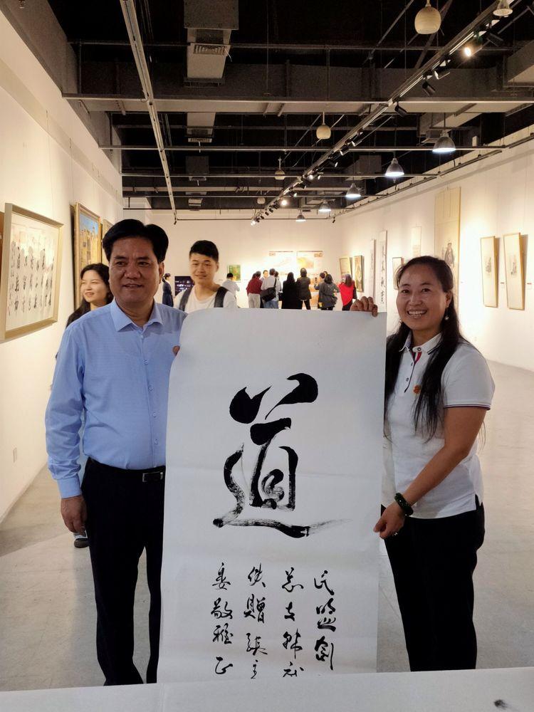 """民盟中央美术院陕西分院成立,能量书画创始人韩武侠当选理事,张道宏副主席于西安揭牌并收藏能量""""道""""。"""