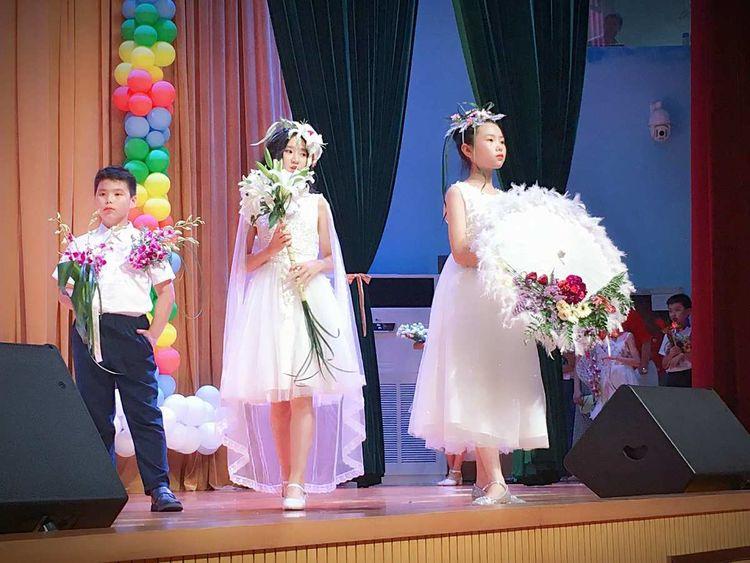 天元莎莎国际花艺师学员(王瑶、张敏、吴敏等)合力打造了六一小学生人体花艺秀