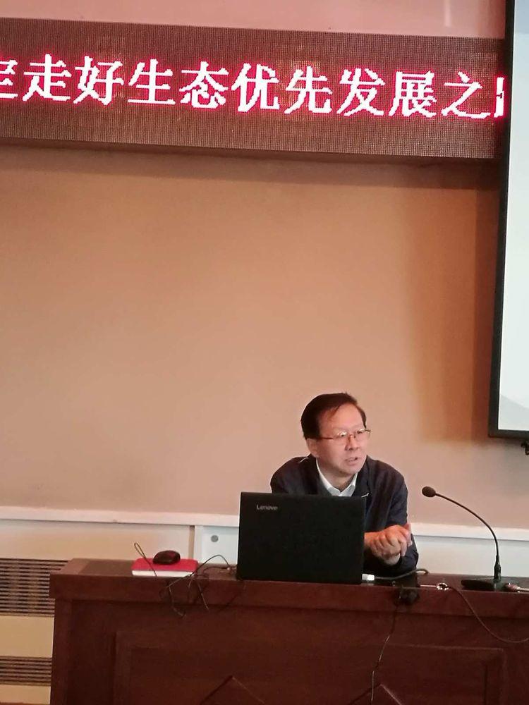 内蒙古自治区党委老干局与内蒙古老年书画协会举办经济社会发展专题讲座