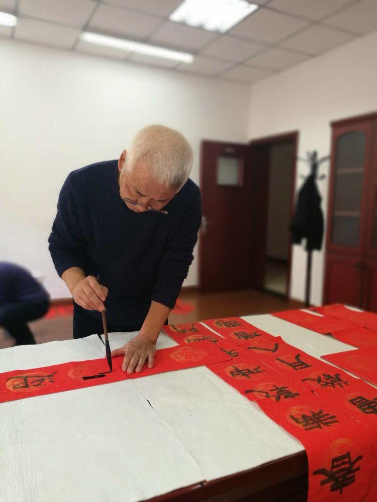 内蒙古自治区老年书画协会开展了写春联联送福字活动