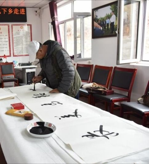内蒙古赤峰老年书画协会深入到社区、企业送春联、送温暖、献爱心