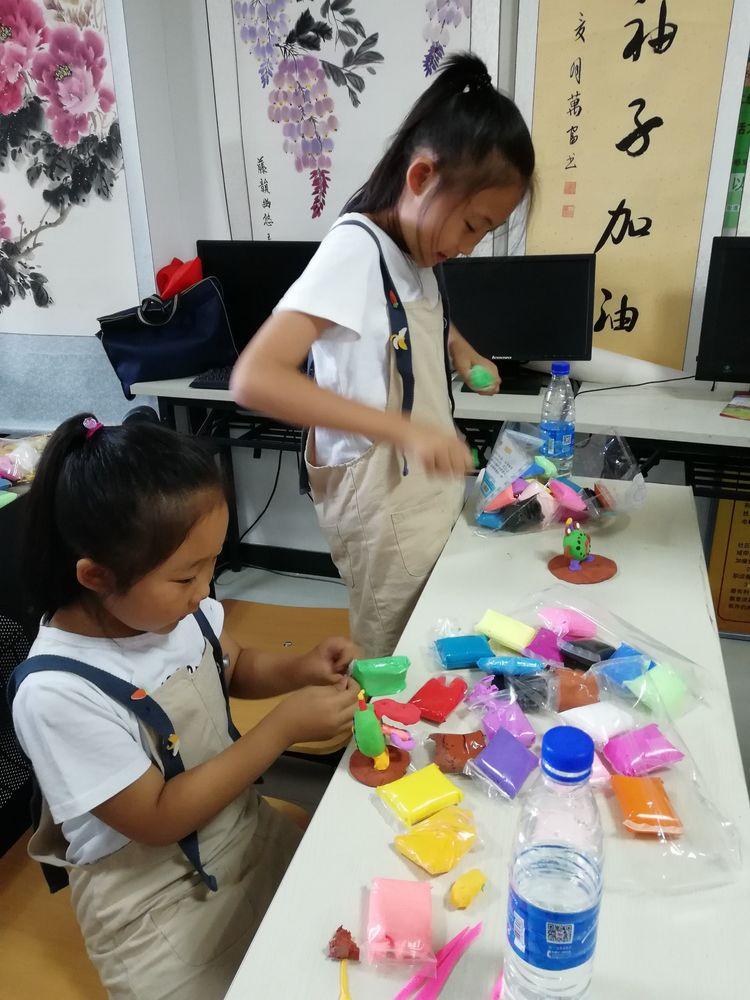 内蒙古赤峰老年书画协会钓鱼台研創基地举办暑期少儿书法绘画手工制作摄影公益培训班