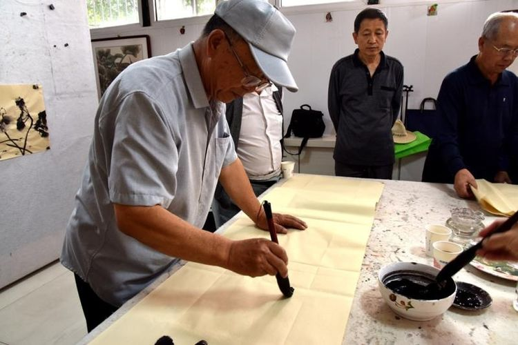 内蒙古赤峰老年书画协会在红山区昭乌达社区举行隆重的揭牌仪式