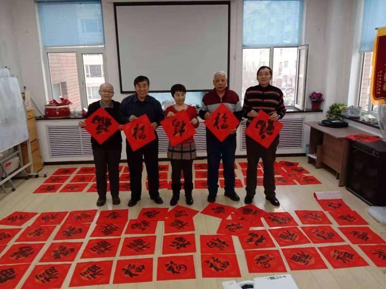 一汽老年书画协会开展写春联到社区,福送万家活动