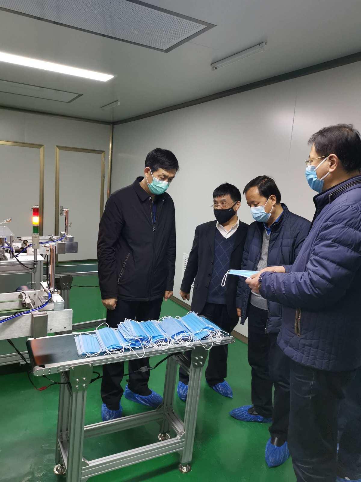 刘三民主任慰问口罩生产线建设职工、检查企业复工复产工作