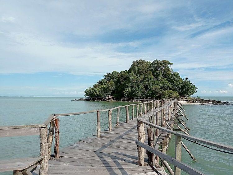 波浪拍打着褐色岩石 西港海滩游玩 (Koh Sampouch)-柬埔寨火凤凰日记12插图(1)