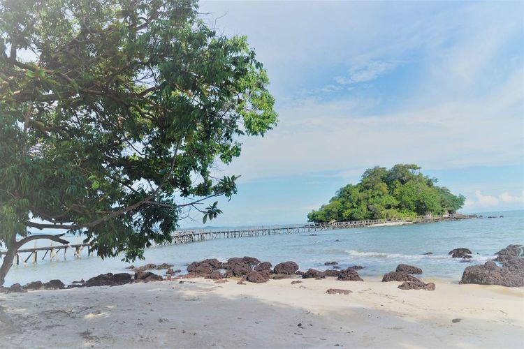 波浪拍打着褐色岩石 西港海滩游玩 (Koh Sampouch)-柬埔寨火凤凰日记12插图(2)
