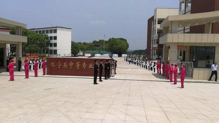 展示新形象_热情迎嘉宾_参加怀宁县职业教育活动周的代表参观中专学校