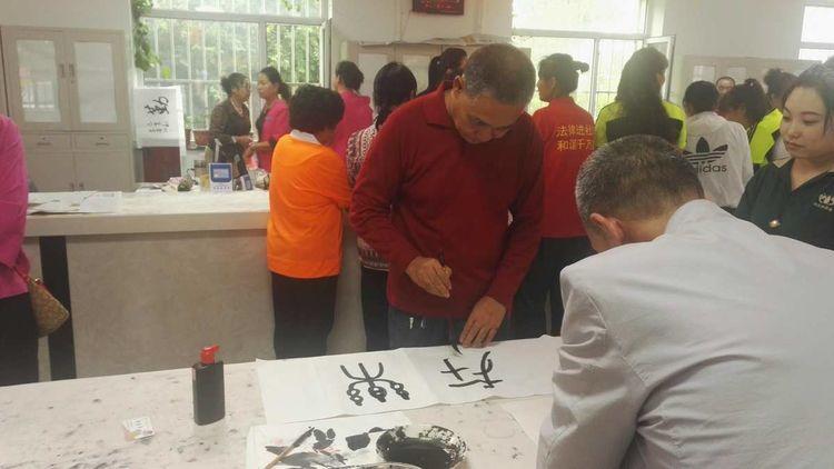 通化市老年书画研究会会同二道江书画会和通钢书法协会举办喜迎七十华诞翰墨飘香进社区活动
