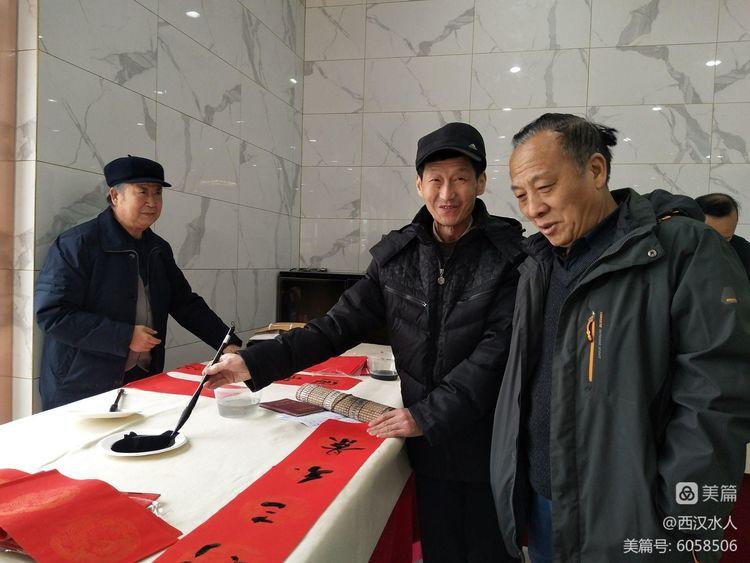 """天水市老年书画研究会进企业""""写春联,送祝福"""""""