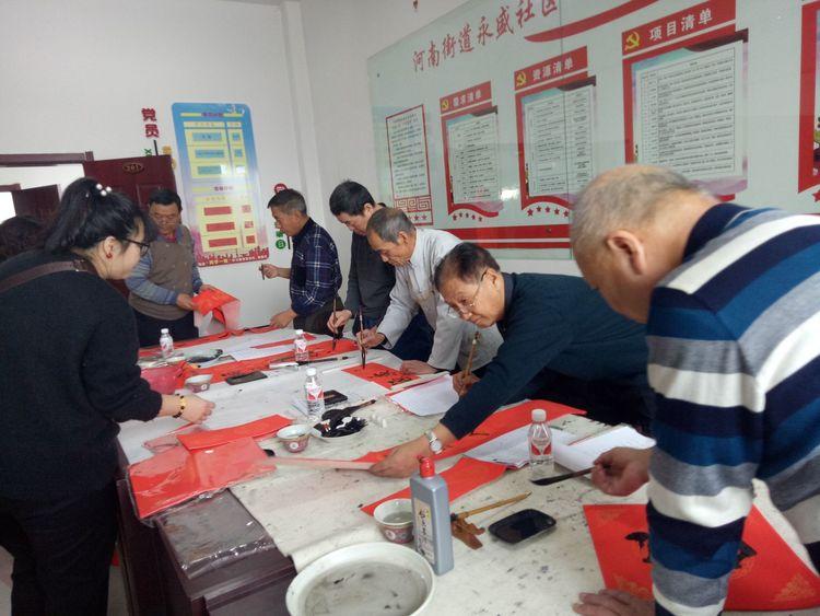 珲春市老年书画研究会写春联助脱贫做贡献