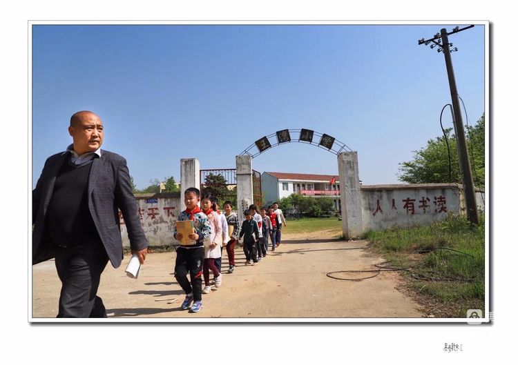 《触摸春天》-大悟县新城镇王湾村小教师熊涛峰的一堂语文课