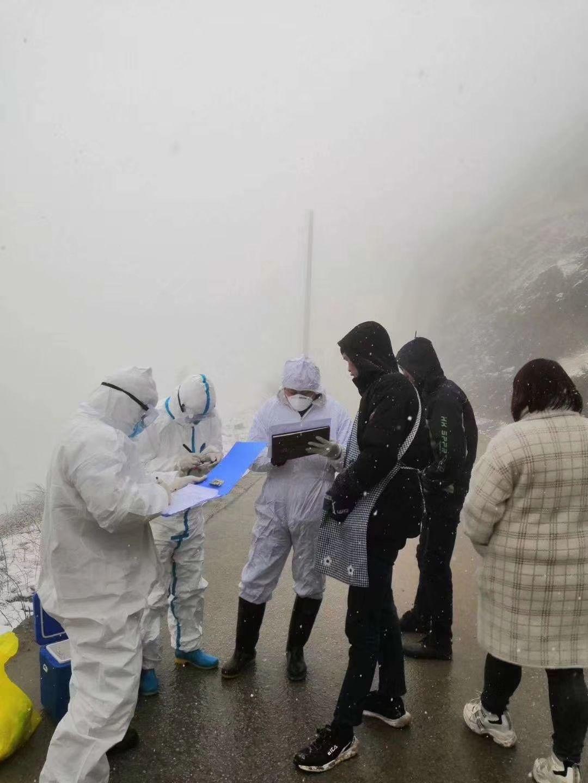 抗疫作品48丨昭阳天使:他们在寒风中白得像一片雪花