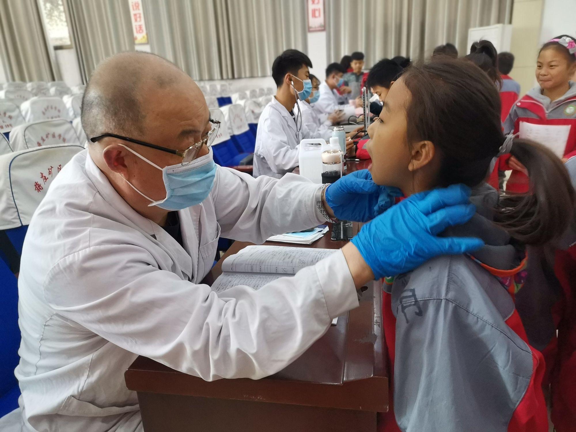 滕州市蒋庄矿区学校组织学生进行健康查体